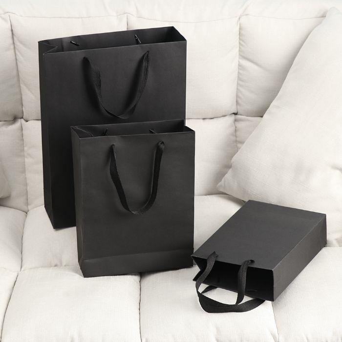 Túi giấy kraft màu đen mang lại cảm giác sang trọng và cao cấp