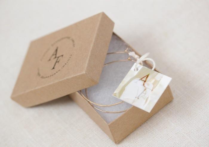 Hộp giấy kraft vô cùng phù hợp để đựng những sản phẩm như trang sức thủ công, handmade