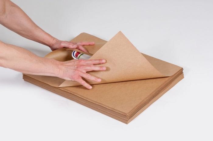 Giấy kraft hay còn được gọi với cái tên giấy xi măng, được tạo thành do thành phần giấy hóa học của gỗ mềm
