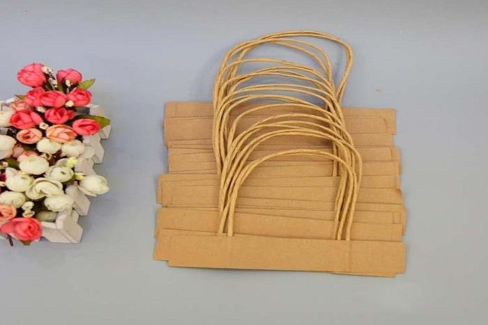Quai túi giấy là bộ phận của túi được các nhà sản xuất thiết kế để người dùng xách tiện lợi hơn