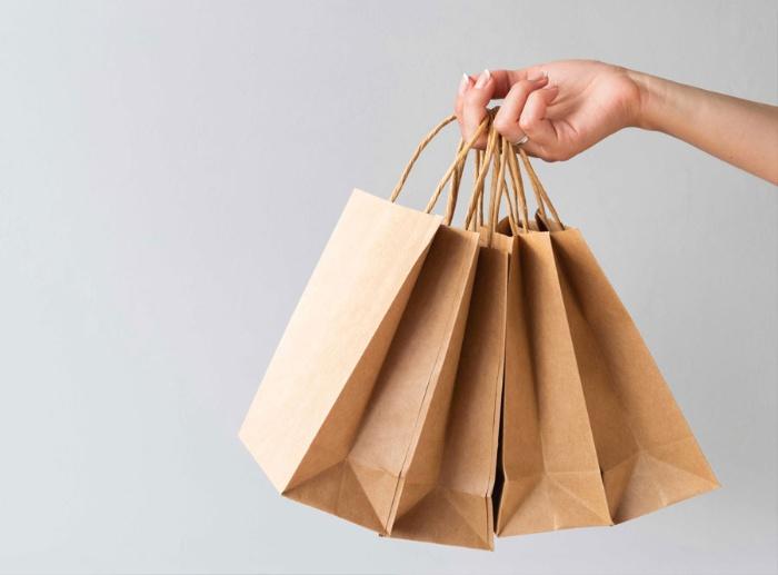 Túi giấy tái chế thường chỉ thường có 2 màu chủ đạo đơn lẻ hơn là các mẫu phối màu